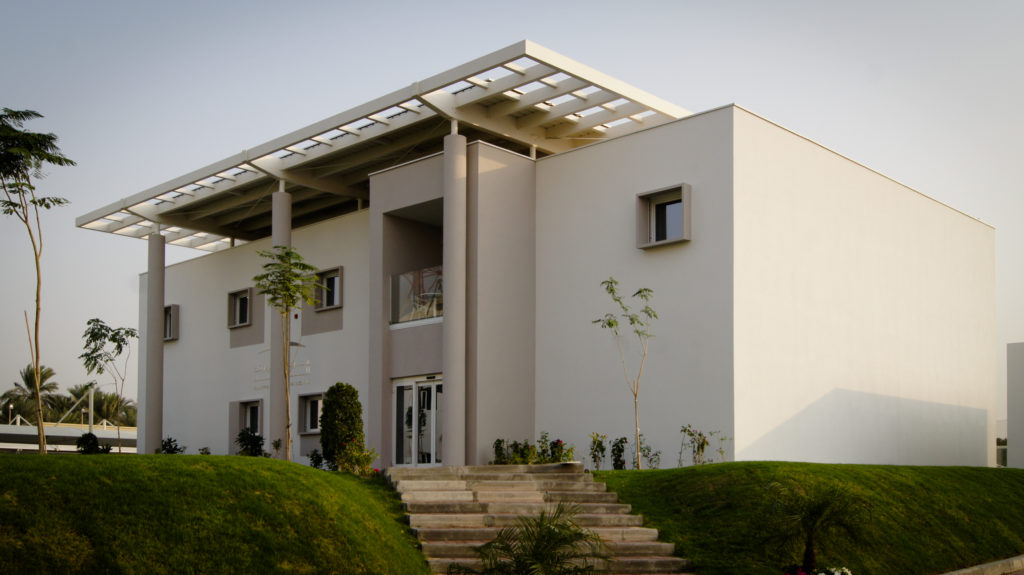 A light coloured non-residential Passive House in Dubai